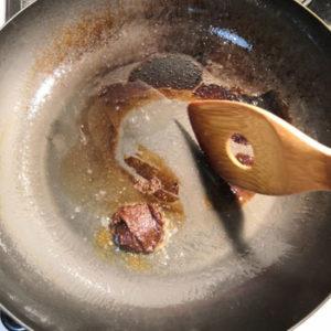豆板醤をフライパンで炒める