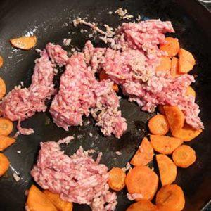 ニンジンとひき肉を炒める