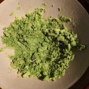 グリーンピースをすり潰す