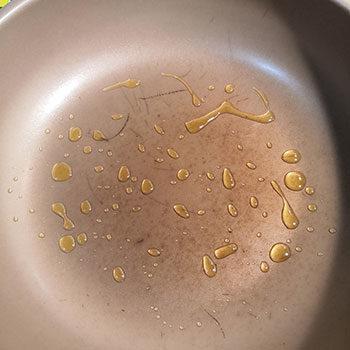 熱したフライパンに油を入れる