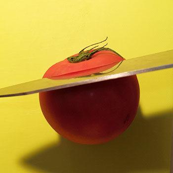 トマトのヘタから1cmくらいを切る